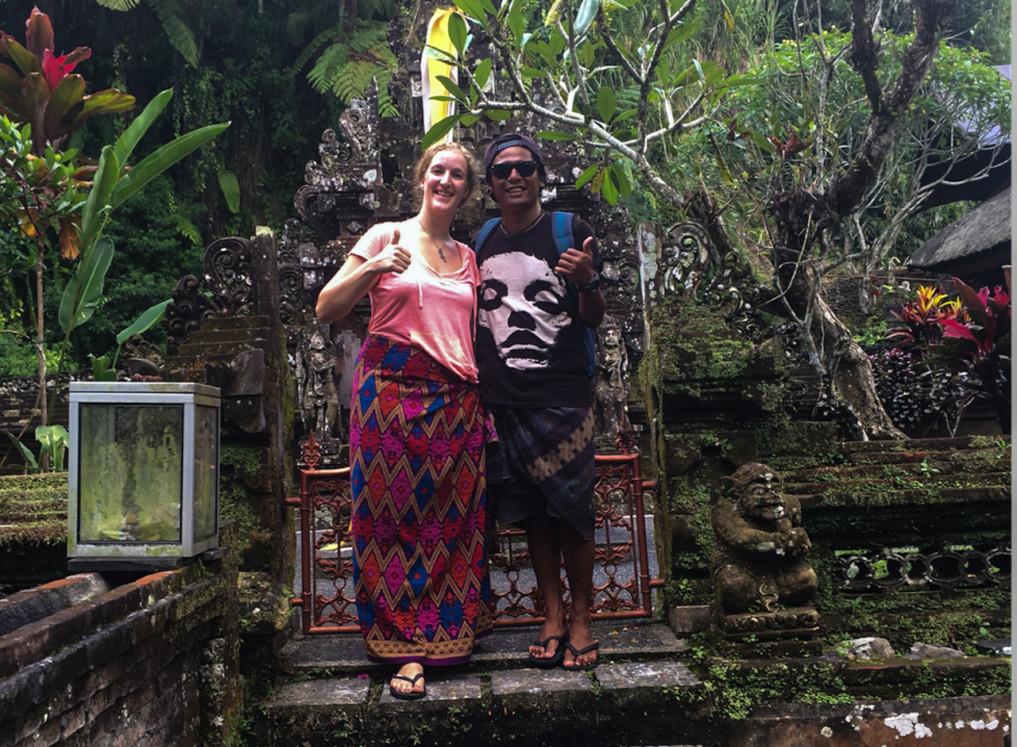 Erfahrungsbericht Leben auf Bali: Vor einem Tempel in Ubud
