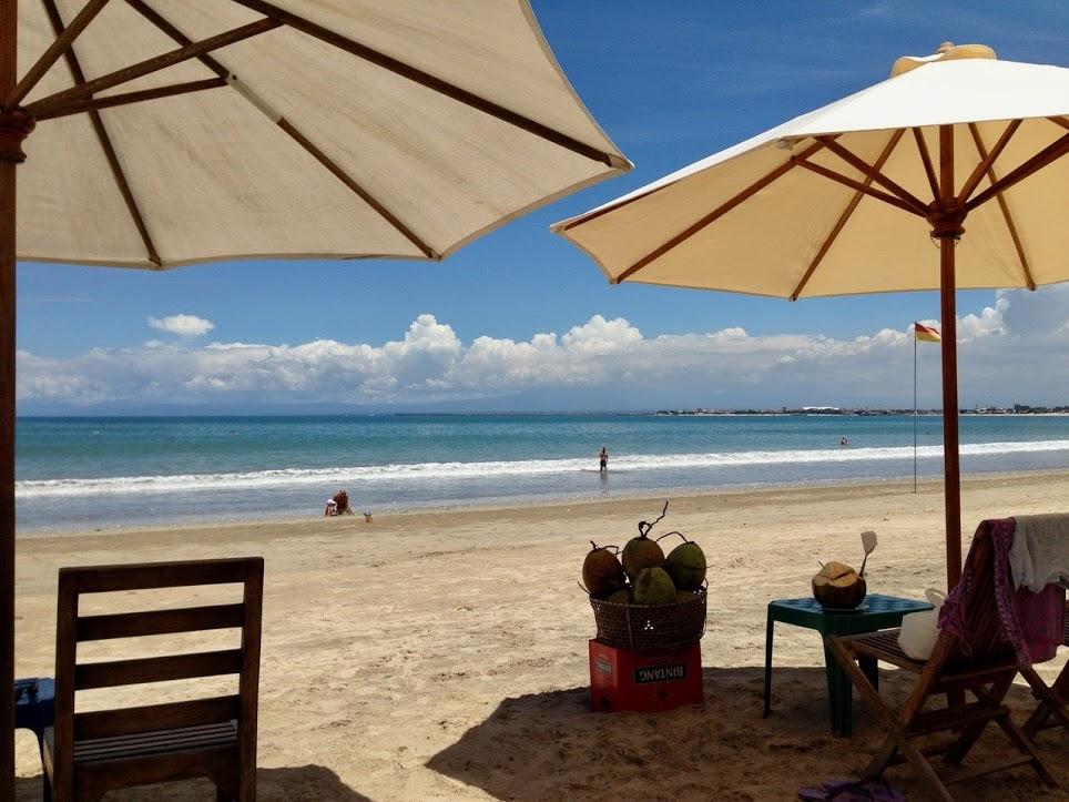 jimbaran-bali-muaya-strand-restaurant-warung-sonnenschirm-kokosnuss-meer