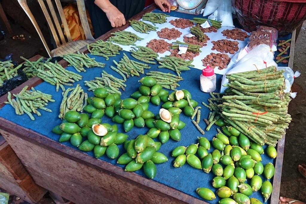 junge Betelnüsse, Betelfrüchte und getrocknete Scheiben