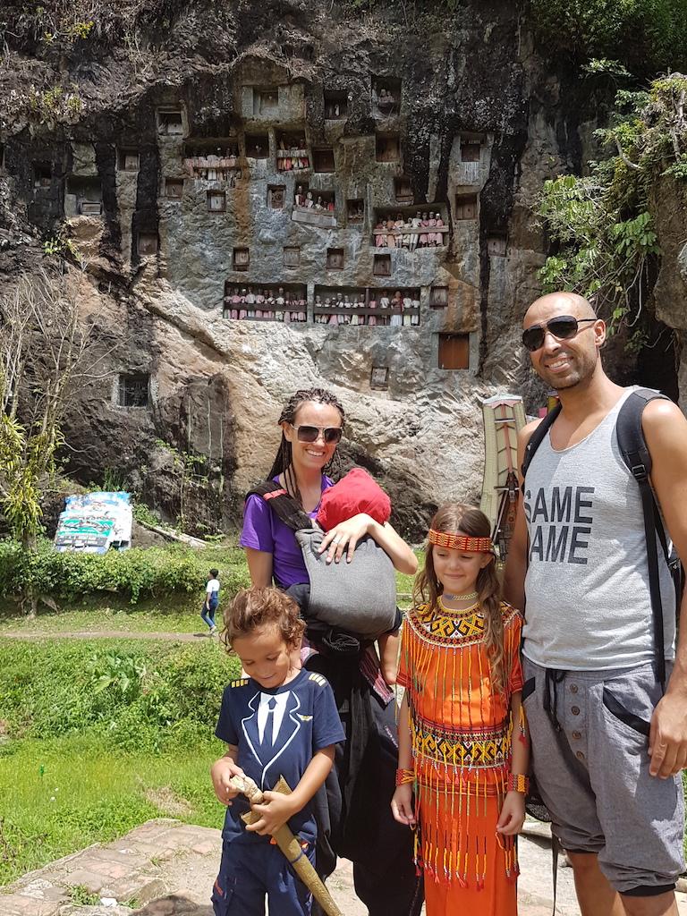 lemo-steingräber-familienfoto-rantepao-tana-toraja