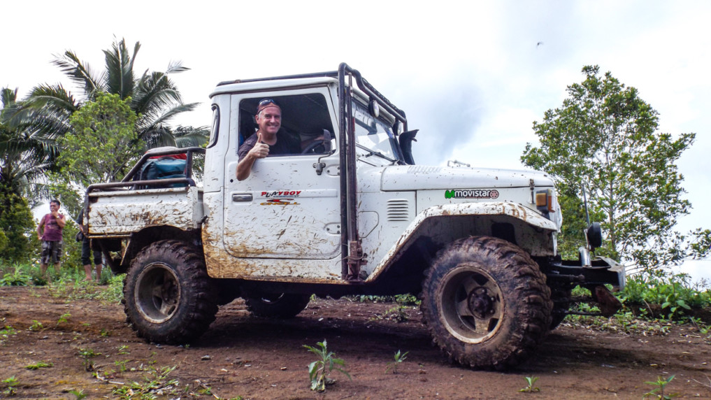 Manembo Nembo in Sulawesi mit Geländewagen