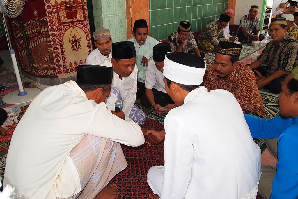 Handschlag und Erlaubniserteilung zur Eheschließung im Anschluss an eine Art Moralpredigt für den Bräutigam
