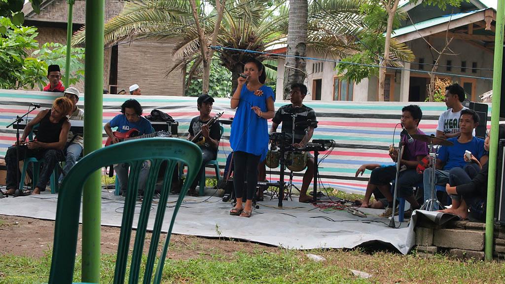 Eine Band auf einer improvisierten kleinen Bühne sorgt für Stimmung