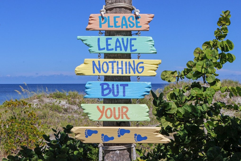 Müll im Meer Schild mit Spruch