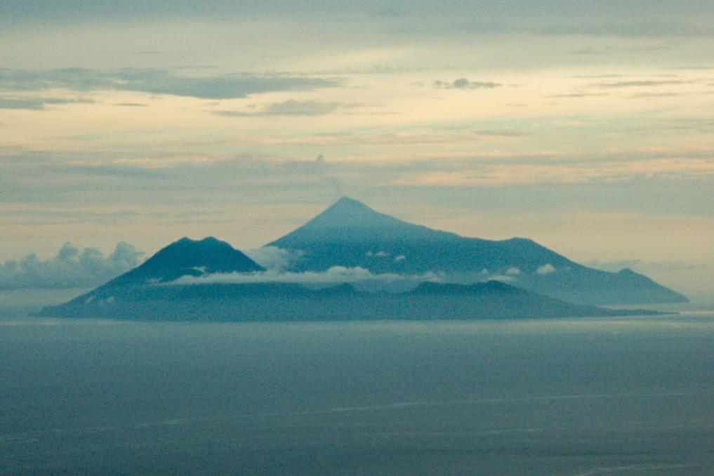 Nord Sulawesi Blick auf Siau von Ruang, Sangihe