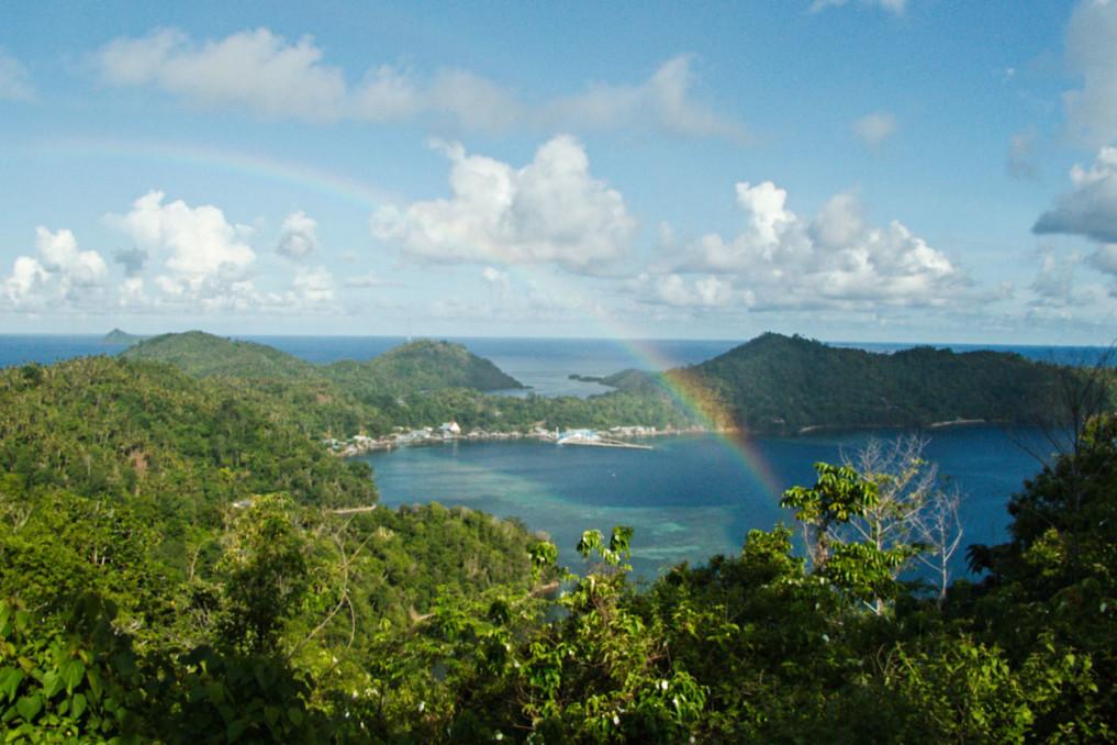 Blick auf die Insel Kahakitang nördlich von Siau in Nord Sulawesi