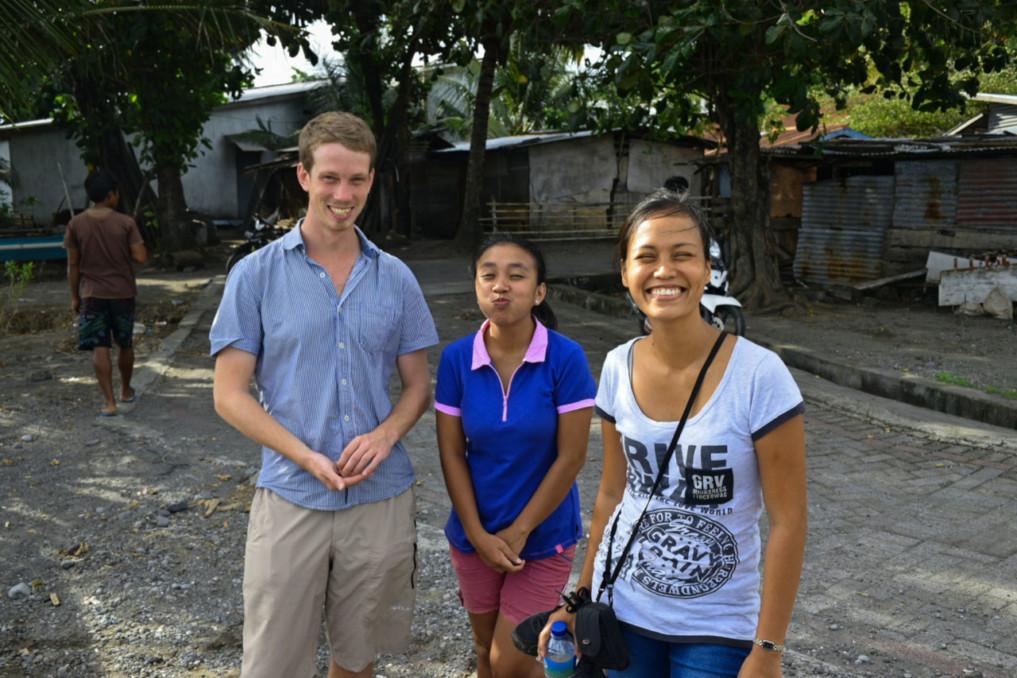 Joe Kelly mit zwei Mädels aus Tagulandang
