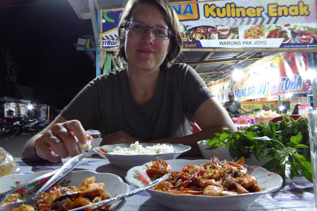 Gudrun in Sulawesi beim Durchprobieren der unendlich vielen Garküchen