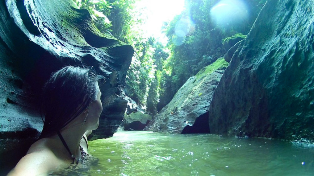 Sukawati Hidden Canyon brusttief im Wasser