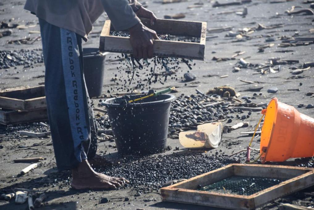 Kieselsteine sieben am Ketewel Beach