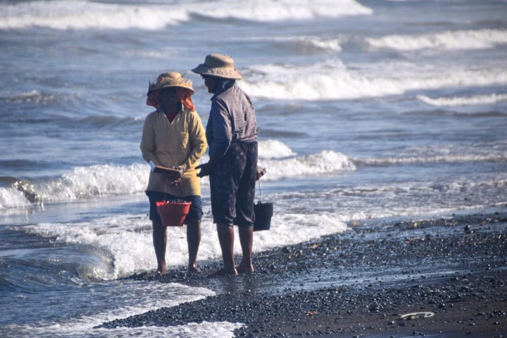 Locals am Ketewel Beach Bali
