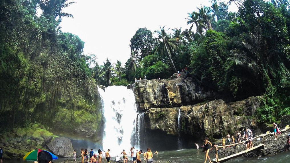 tegenungan-waterfall-touristen