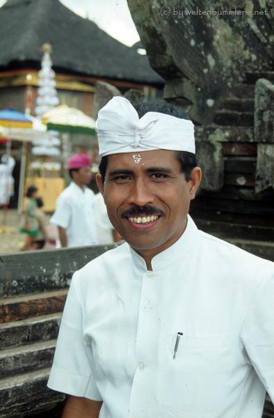Mann mit balinesischer Festtagstracht