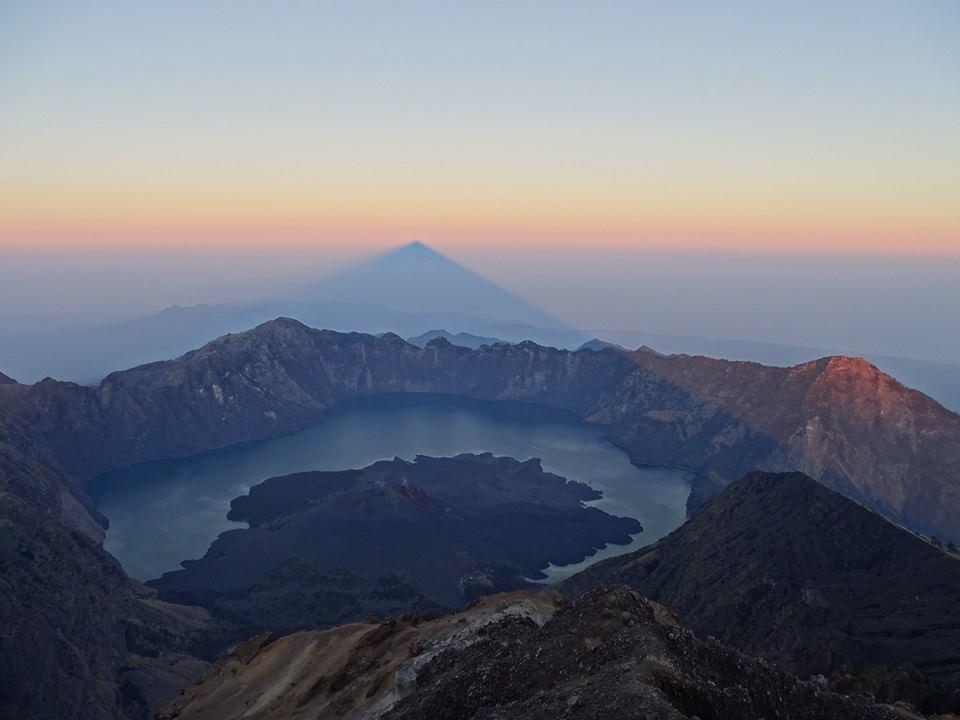 trips-4-lovers.de Sonnenaufgang auf dem Gipfel des Gunung Rinjani mit Blick auf den Kratersee Segara Analyse...
