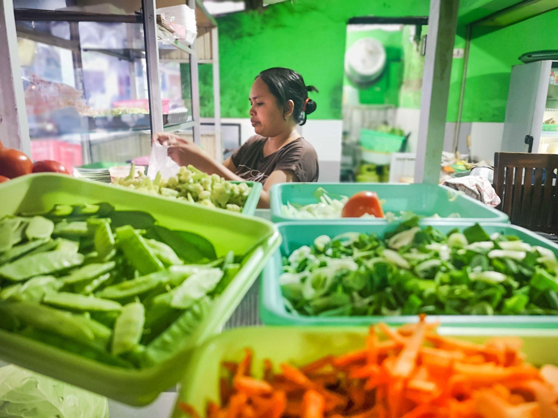 Viel frisches Gemüse im Warung Sari Rasa